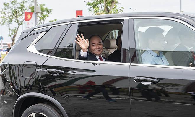 Chủ tịch Phạm Nhật Vượng đích thân cầm lái chở Thủ tướng trên chiếc Vinfast LUX SA2.0 - 1