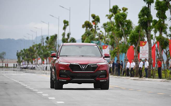 Chủ tịch Phạm Nhật Vượng đích thân cầm lái chở Thủ tướng trên chiếc Vinfast LUX SA2.0 - 8