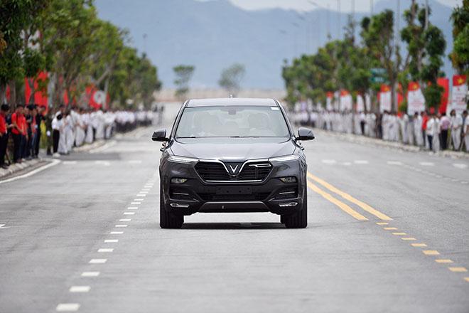 Chủ tịch Phạm Nhật Vượng đích thân cầm lái chở Thủ tướng trên chiếc Vinfast LUX SA2.0 - 7