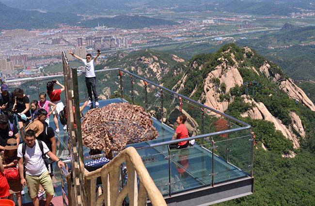 Run rẩy trên 10 cây cầu kính cheo leo trên vách đá ở Trung Quốc - 7