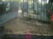 Rùng mình clip container đâm thẳng ôtô khiến 5 người tử vong tại chỗ