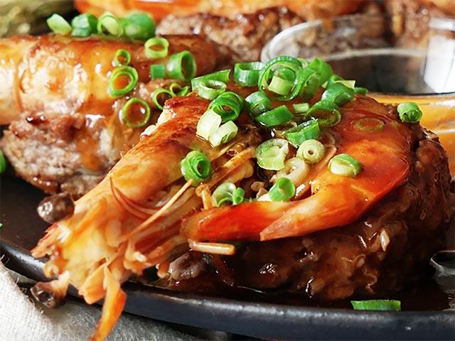 VIDEO: Đưa cơm không tưởng với món tôm bọc thịt sốt mặn ngọt cực ngon