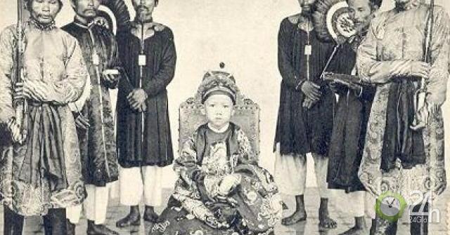 Ông vua nào lên ngôi lúc 7 tuổi, tử nạn vì rơi máy bay