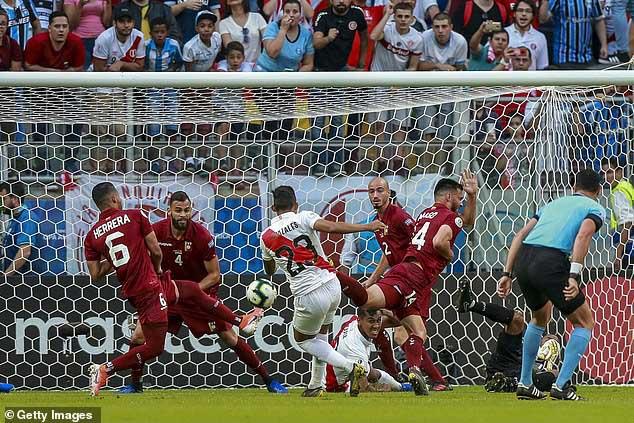 Venezuela - Peru: Đôi công nghẹt thở, nghiệt ngã VAR (Copa America) - 1