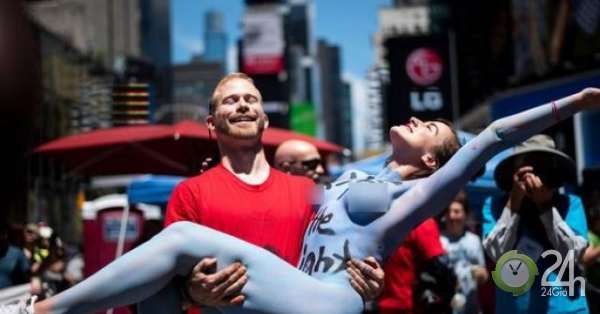 Hàng chục người biểu tình phủ sơn lên người và khỏa thân ở Mỹ