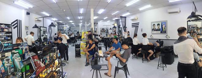 Tiệm tóc bình dân lao đao trước trải nghiệm cắt tóc nam kiểu mới - 5