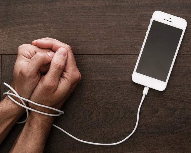 9 tác hại nguy hiểm khó lường khi trẻ nghiện điện thoại thông minh - 3
