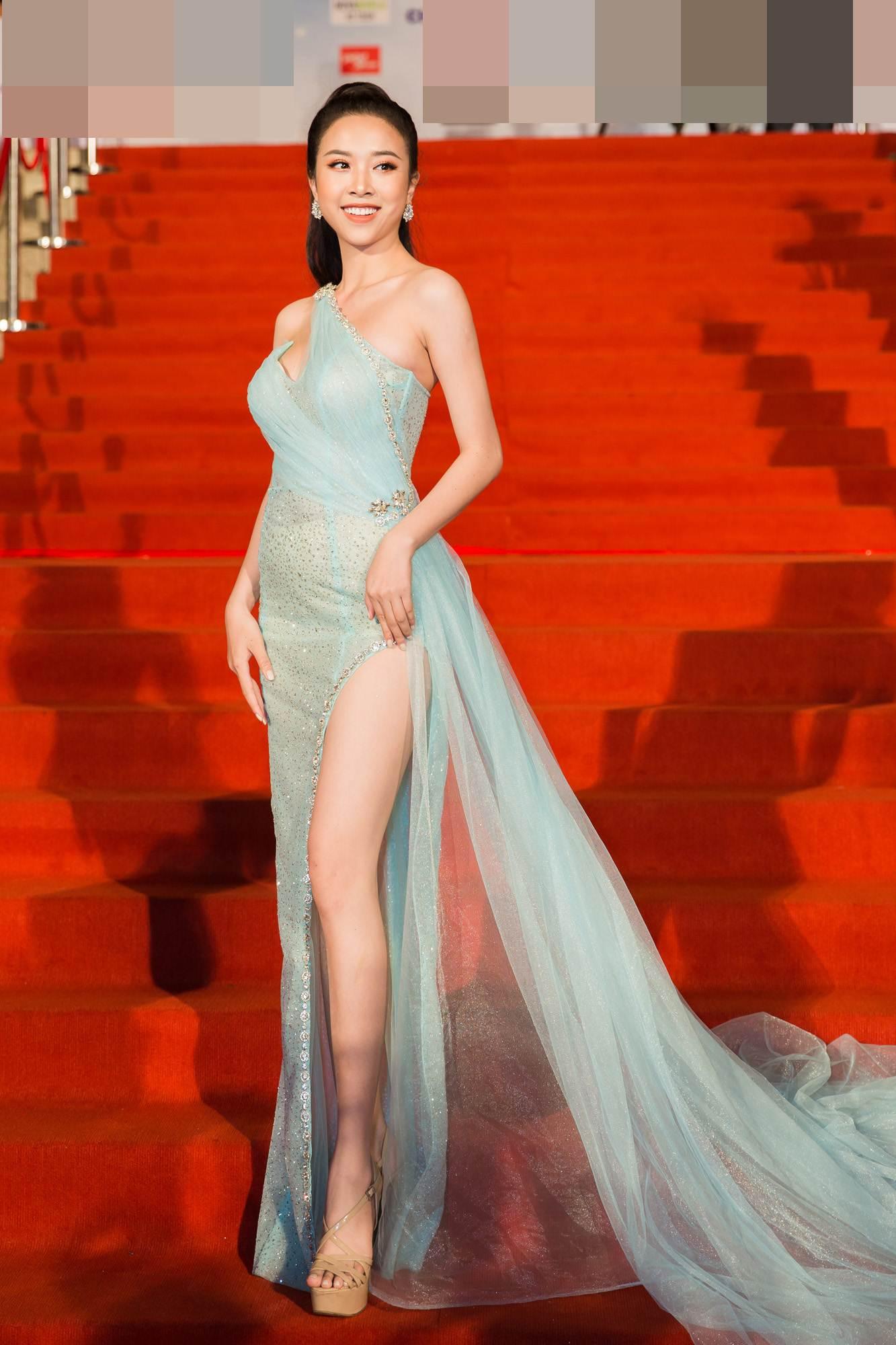 Mai Phương Thúy diện váy trễ nải khoe vòng 1 gợi cảm gần 100cm - 6