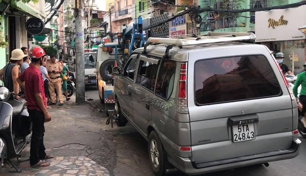 """Ô tô """"đại náo"""" phố Sài Gòn, nhiều người gào thét tháo chạy - 3"""
