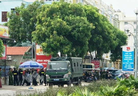 Huy động khẩn hàng chục cảnh sát tới biển Hải Tiến ngăn chặn xô xát - 2