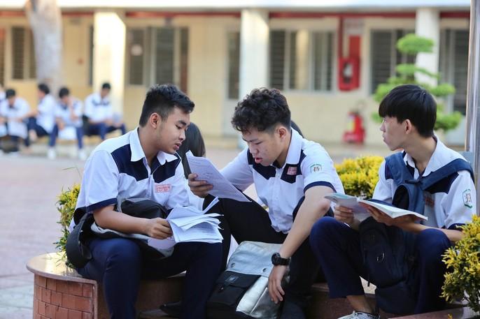 """Thi THPT quốc gia 2019: Thí sinh vào thi môn đầu tiên, hi vọng """"trúng tủ"""" - 11"""