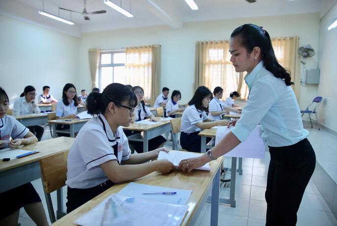 """Thi THPT quốc gia 2019: Thí sinh vào thi môn đầu tiên, hi vọng """"trúng tủ"""" - 14"""