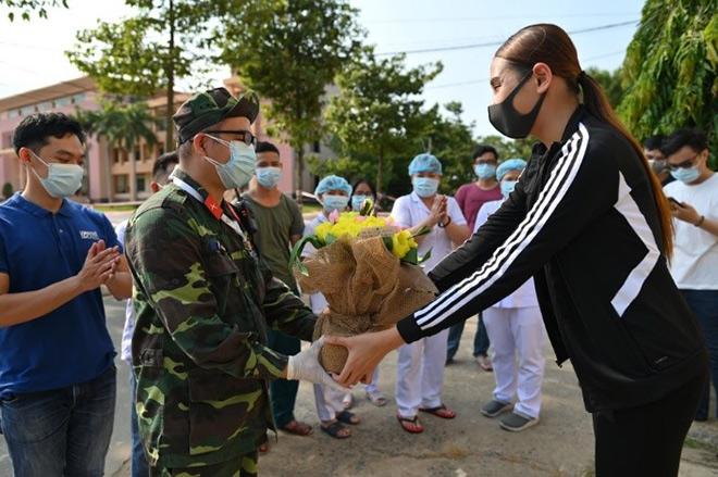 Võ Hoàng Yến gây ấn tượng mạnh bằng món quà ý nghĩa trao tay tình nguyện viên trước ngày rời khu cách ly - 2