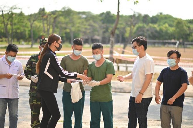 Võ Hoàng Yến gây ấn tượng mạnh bằng món quà ý nghĩa trao tay tình nguyện viên trước ngày rời khu cách ly - 3