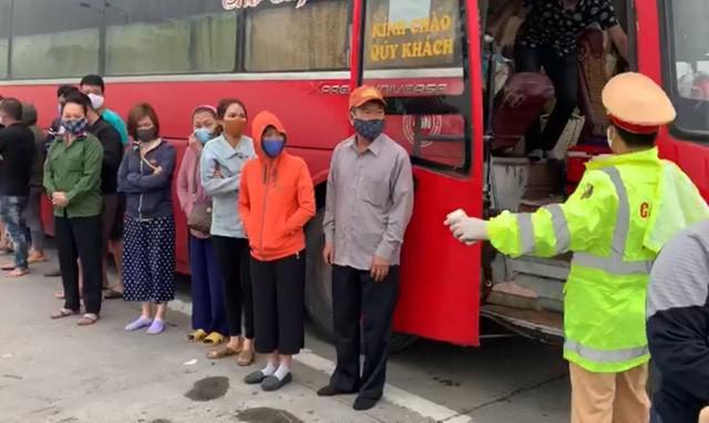 Phớt lờ lệnh cấm, xe khách chở 30 người từ Sài Gòn ra Hà Nội - 1