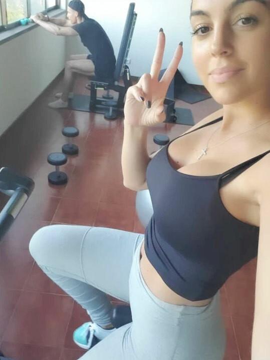 CR7 tập gym 3-4 tiếng/ngày ngay ở nhà để không mất khối cơ bắp khi tự cách ly - 2