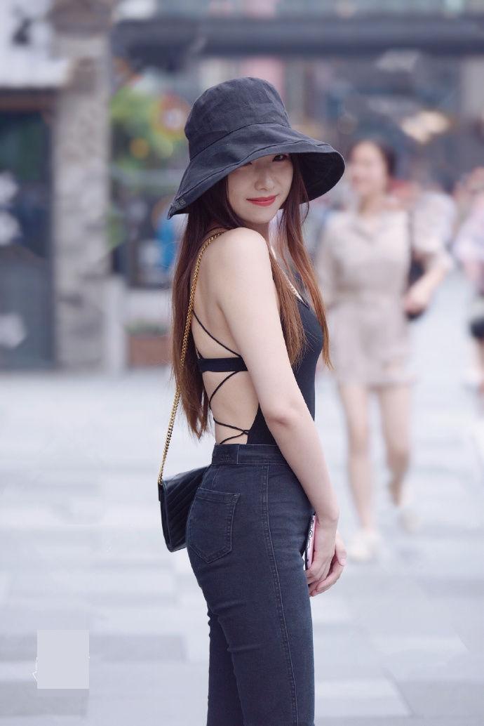 Thiếu nữ Trung Quốc diện áo hở lưng quá đẹp khiến ai cũng ngoái nhìn - 1