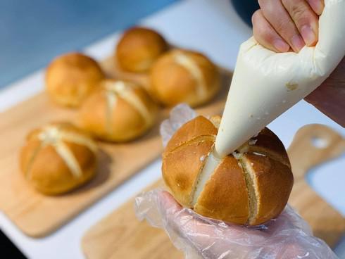 """Rất nhanh đã làm xong bánh mì bơ tỏi phô mai đang """"làm mưa làm gió"""" bằng nồi chiên không dầu - 5"""