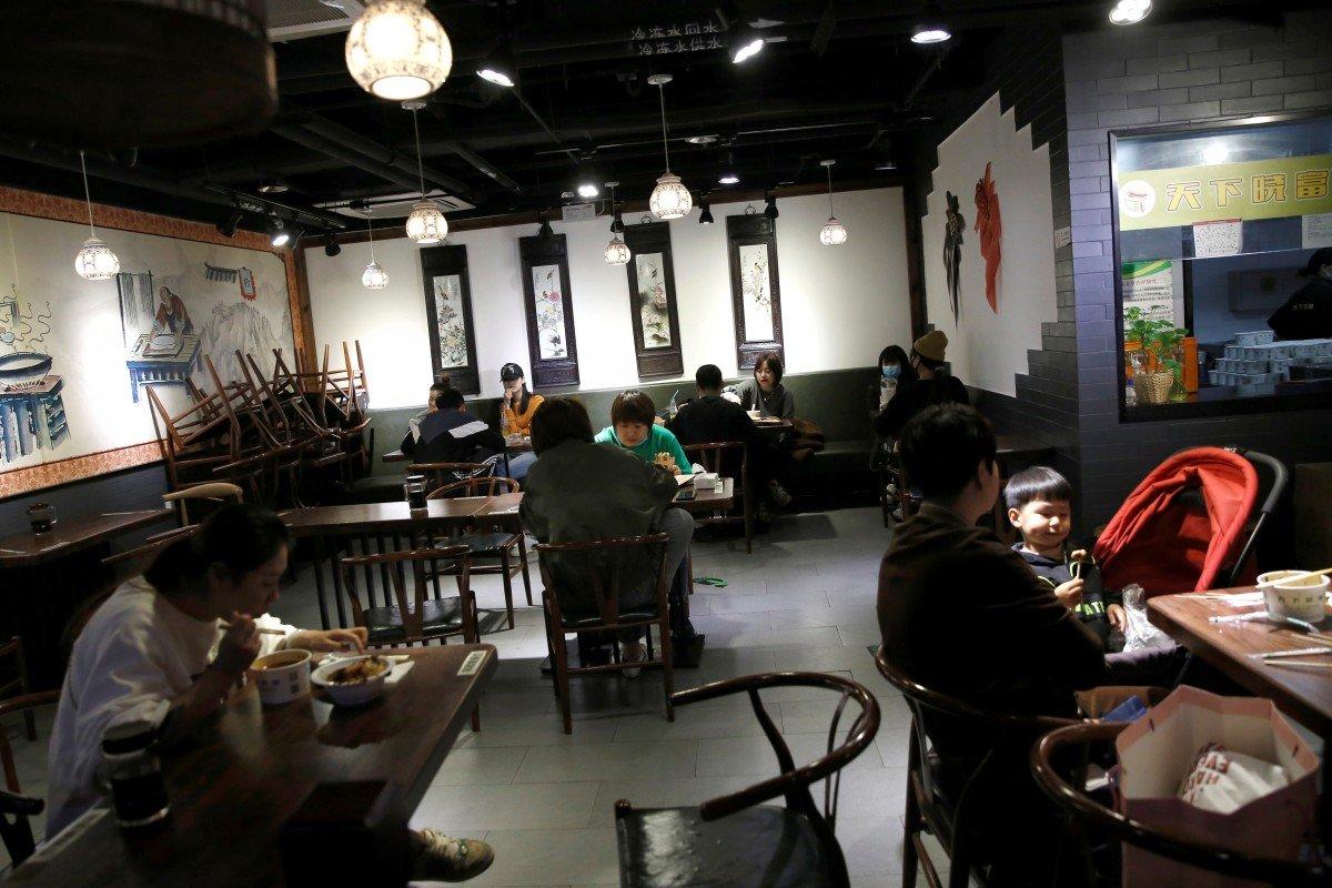 Điều gì khiến 10 người ngồi ở 3 bàn ăn khác nhau trong nhà hàng TQ nhiễm Covid-19?
