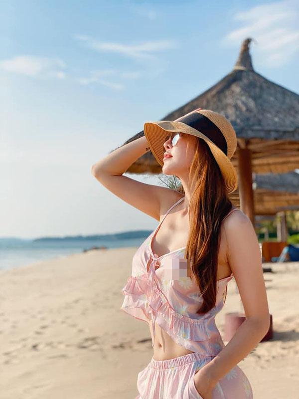 Quế Vân hớ hênh khi mặc đồ ngủ ra biển vẫn khó chê vì vẻ đẹp quá nuột nà