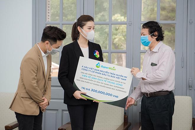 Tiếp sức cho tuyến đầu chống dịch, Á hậu Huyền My ủng hộ 2.000 chai gel rửa tay, xịt kháng khuẩn - 2