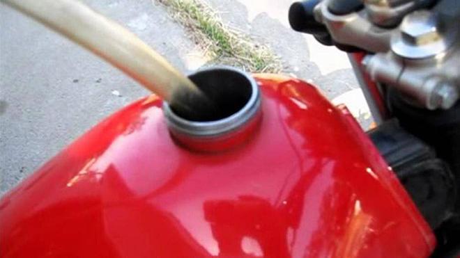 3 mẹo nhỏ đối phó với tình huống xe máy hết xăng dọc đường - 3
