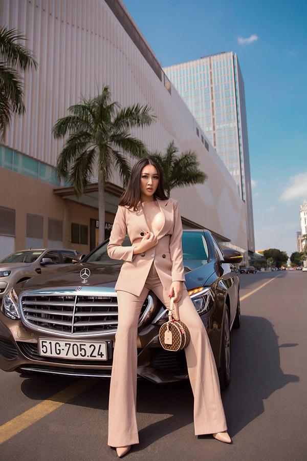 Huỳnh Thúy Anh khoe ảnh street style, biến hoá liên tục với loạt đồ hiệu