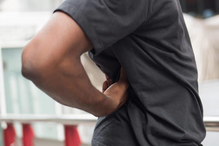 Đau lưng đi kèm 8 dấu hiệu này cơ thể bạn đang gặp nguy, cần đi khám càng sớm càng tốt - 1