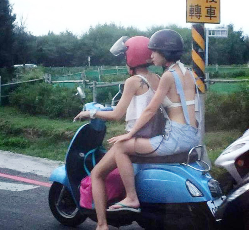Áo hở lưng trên đường phố Đài Loan được chị em nô nức... hỏi mua - 4