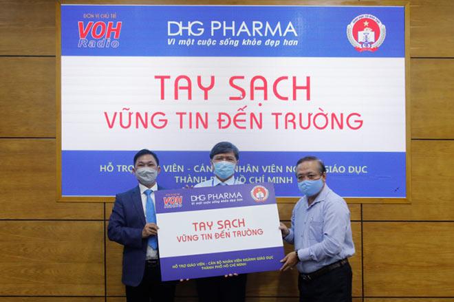 TP.HCM: Giáo viên tiểu học được DHG Pharma tài trợ gel rửa tay phòng dịch - 1