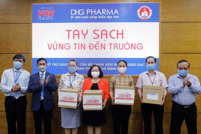 TP.HCM: Giáo viên tiểu học được DHG Pharma tài trợ gel rửa tay phòng dịch - 2