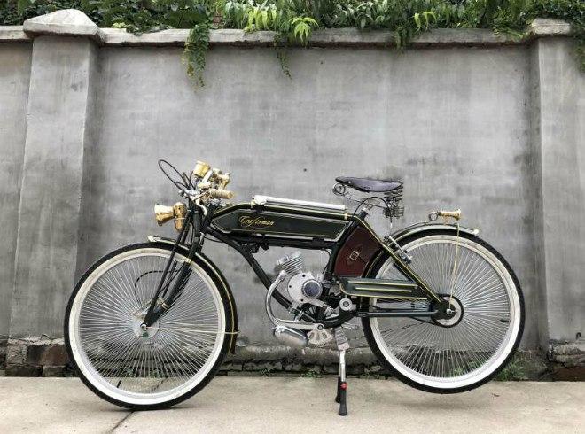 Xe đạp chạy xăng vận hành theo cả kiểu xe đạp và xe máy được.
