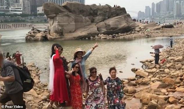 Du khách đổ xô đi xem rùa đá khổng lồ ở Trung Quốc - 2