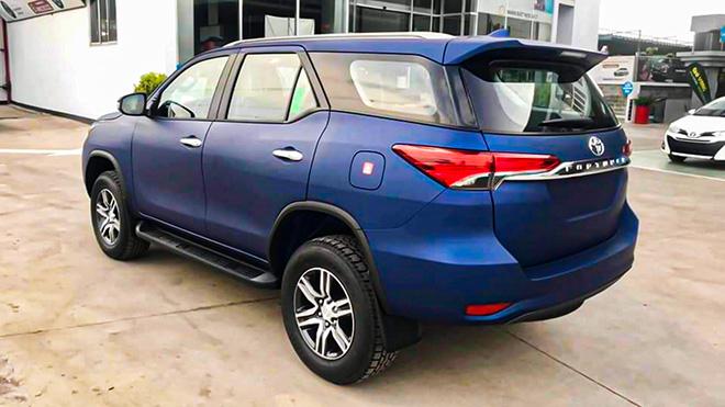 Xe SUV Toyota Fortuner Limited Edition sở hữu màu sơn xanh navy độc đáo - 4
