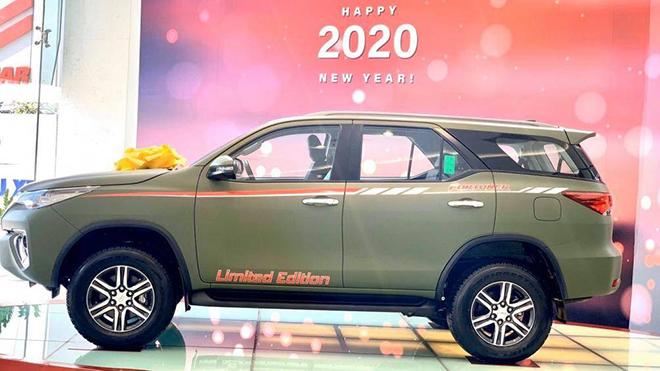 Xe SUV Toyota Fortuner Limited Edition sở hữu màu sơn xanh navy độc đáo - 6