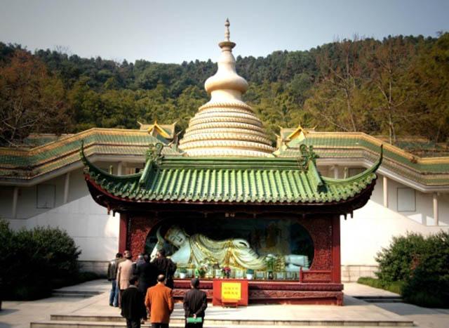 Ngôi chùa sang chảnh nhất TQ, dát 324 ký vàng, du khách nằm lăn ra đất để lấy may mắn - 1