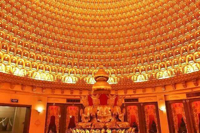 Ngôi chùa sang chảnh nhất TQ, dát 324 ký vàng, du khách nằm lăn ra đất để lấy may mắn - 4