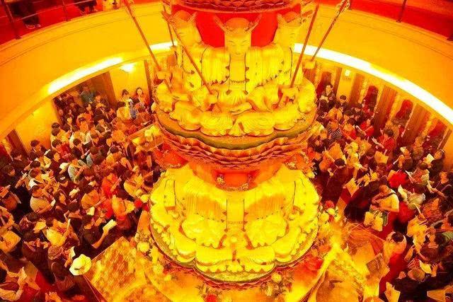 Ngôi chùa sang chảnh nhất TQ, dát 324 ký vàng, du khách nằm lăn ra đất để lấy may mắn - 6