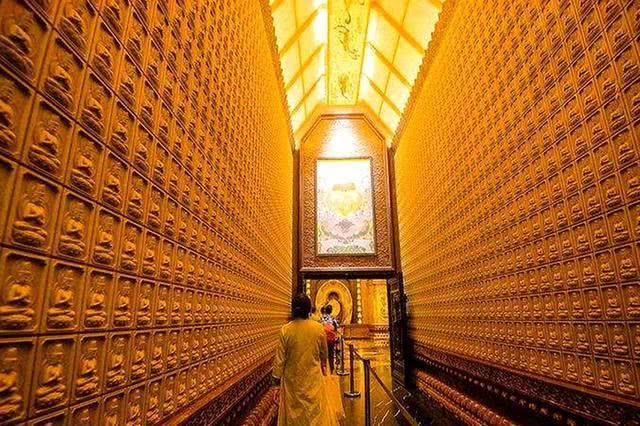 Ngôi chùa sang chảnh nhất TQ, dát 324 ký vàng, du khách nằm lăn ra đất để lấy may mắn - 7