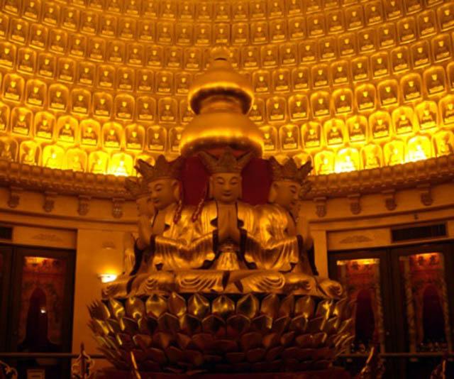 Ngôi chùa sang chảnh nhất TQ, dát 324 ký vàng, du khách nằm lăn ra đất để lấy may mắn - 9