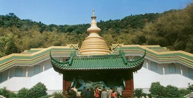 Ngôi chùa sang chảnh nhất TQ, dát 324 ký vàng, du khách nằm lăn ra đất để lấy may mắn - 2