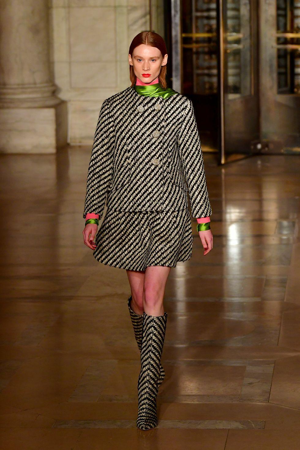 Váy suit: Biểu tượng nữ tính tận cùng của phụ nữ nơi công sở - 1