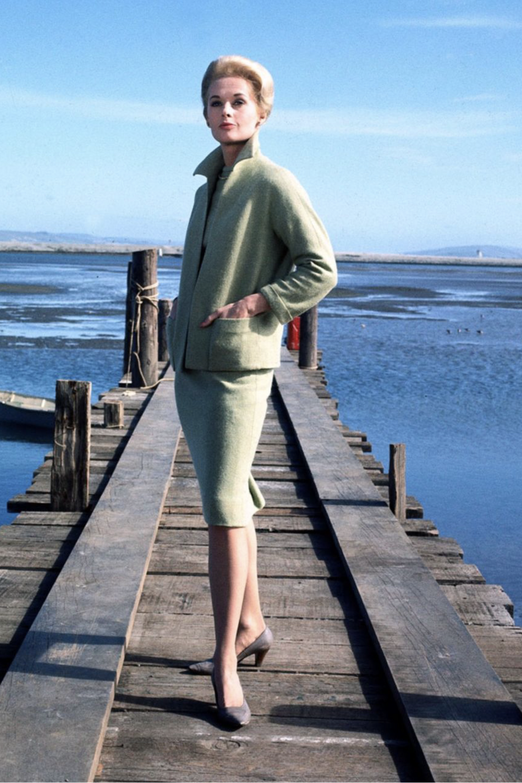 Váy suit: Biểu tượng nữ tính tận cùng của phụ nữ nơi công sở - 2