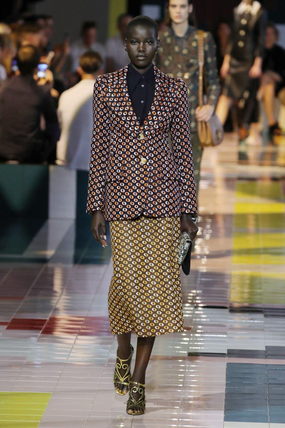Váy suit: Biểu tượng nữ tính tận cùng của phụ nữ nơi công sở - 5