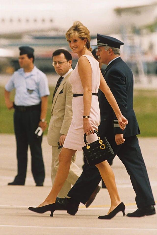 Chiếc túi nhỏ bé của Dior vì sao trở thành niềm khao khát của triệu phụ nữ - 2