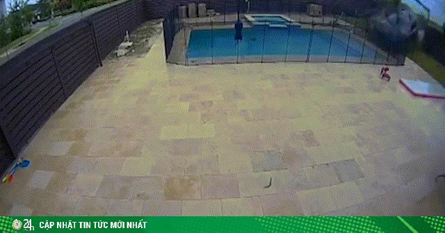 Kinh hãi cảnh ô tô mất lái, bay qua bể bơi sau nhà
