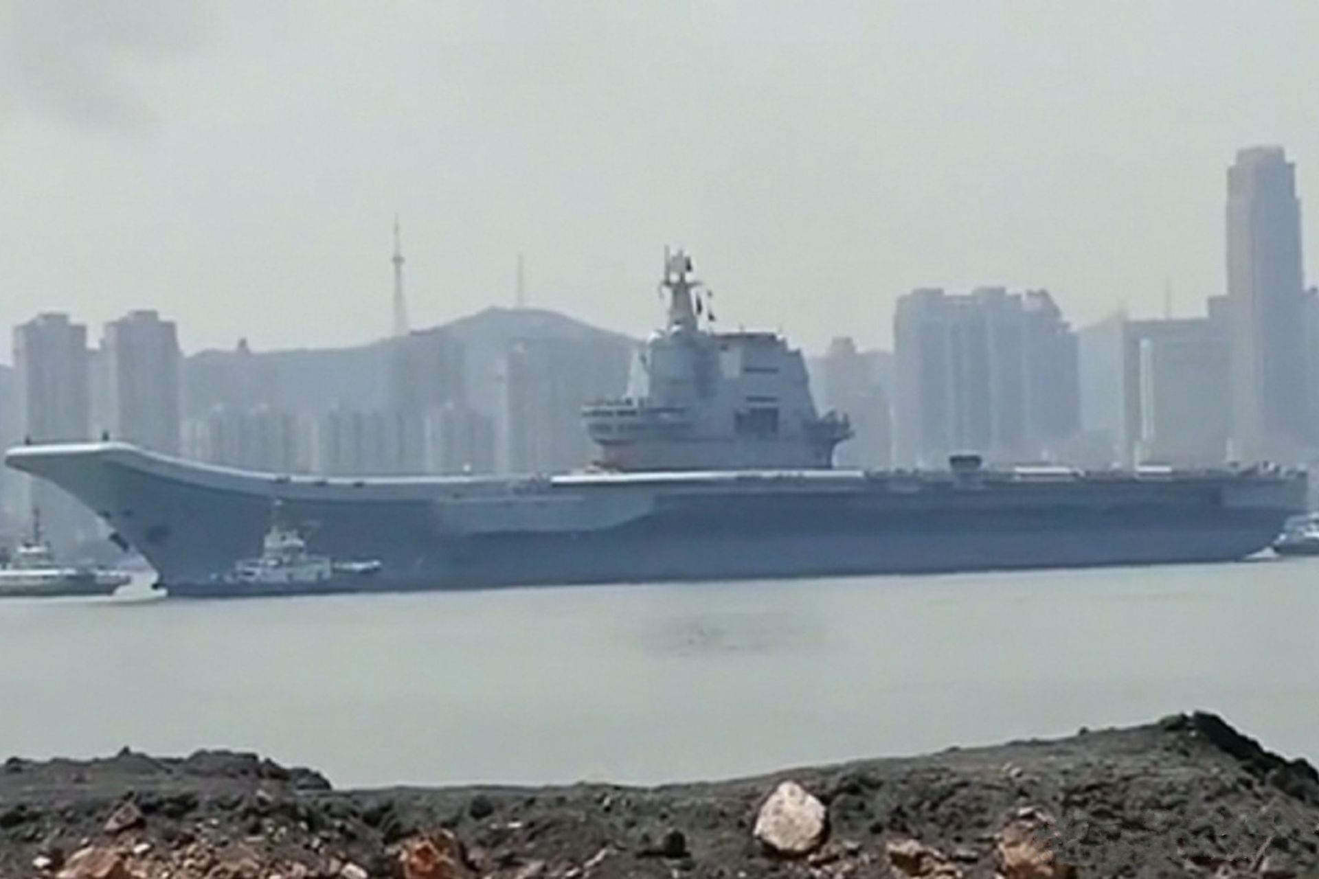 Tàu sân bay Sơn Đông bất ngờ ra khơi, tham gia tập trận ở Biển Đông? - 1