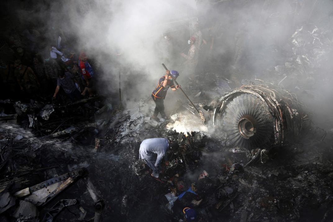 Hé lộ nguyên nhân vụ rơi máy bay thảm khốc khiến 97 người chết tại Pakistan - 1
