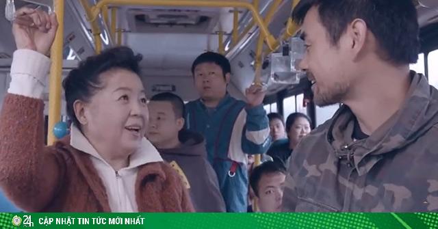 Thanh niên bị đánh khi nhường chỗ cho người già trên xe buýt