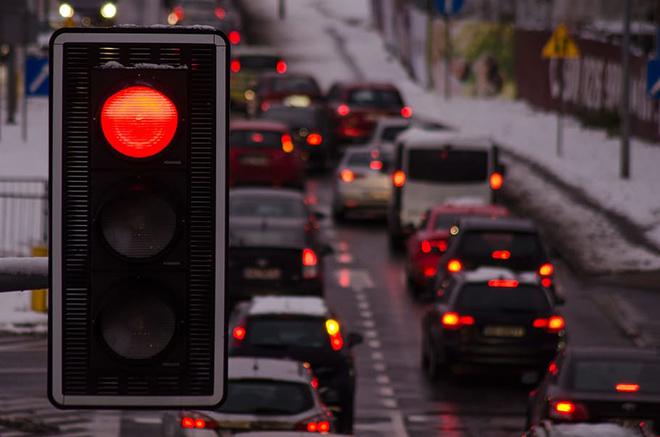 Cách về số khi ô tô dừng đèn đỏ để tiết kiệm nhiên liệu - 1